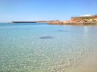 Delizioso bilocale in Villa zona spiaggia - Isola Rossa vacation rentals