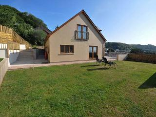 CLEAR VIEW, wonderful sea views, Juliet balconies, en-suite facilities, WiFi, parking, in Pendine, Ref 927251 - Pendine vacation rentals