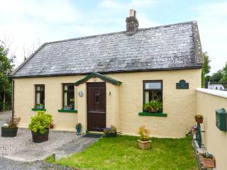 CLOVER COTTAGE, traditional, all ground floor, woodburner, garden, near Kilmallock, Ref 922293 - Kilmallock vacation rentals