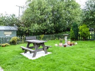 CLOVER COTTAGE, traditional, all ground floor, woodburner, garden, near Kilmallock, Ref 922293 - Kilmallock vacation rentals