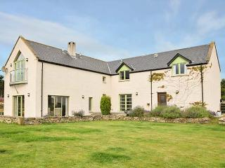 STRATHNAVER, woodburning stove, hot tub, private garden, off road parking, in Kinross, Ref 925734 - Kinloss vacation rentals