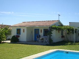 Modern Cozy Cottage with spacious garden & Pool - Pinhal Novo vacation rentals