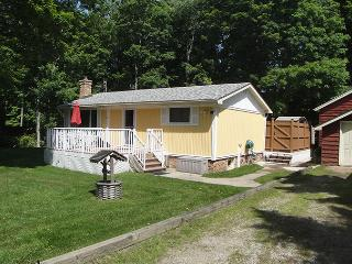 Bright Cottage in Sauble Beach with Internet Access, sleeps 6 - Sauble Beach vacation rentals