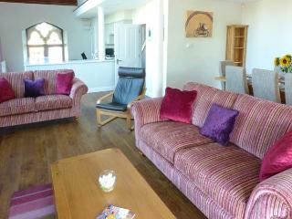 1 CHURCH HOUSE, three en-suite bedrooms, patio, WiFi, in Totland, Ref 920036 - Totland vacation rentals