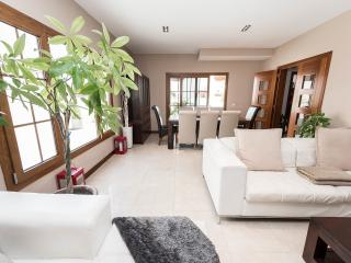 Bright 5 bedroom Costa Teguise Chalet with Deck - Costa Teguise vacation rentals