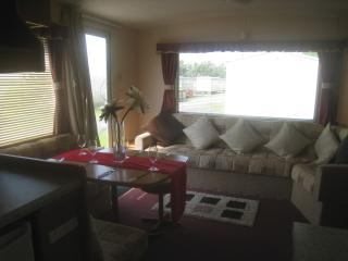 LOVELY LIGHT AND AIRY STATIC CARAVAN WITH HEATING - Burgh le Marsh vacation rentals