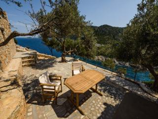 Cozy 1 bedroom Alonnisos Chalet with A/C - Alonnisos vacation rentals