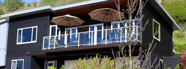 Black Vista Holiday Home, Stoke, Nelson - An Entertainers Dream! - Nelson vacation rentals