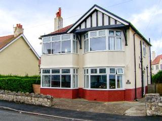 MEADWAY HOUSE, detached, woodburner, en-suites, games room, WiFi, enclosed patio, Rhos-on-Sea, Ref. 917397 - Rhos-on-Sea vacation rentals