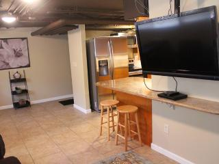 2 Bedroom 1 Bath Sleeps 6 Free Parking in Waikiki - Honolulu vacation rentals