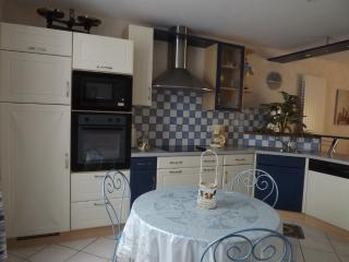 Bright 3 bedroom Verdun Gite with Satellite Or Cable TV - Verdun vacation rentals
