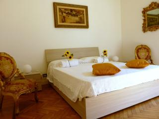 A GARDEN TWO MINUTES WALK TO THE SEA - La Spezia vacation rentals