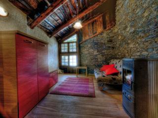Bilocale mansardato in maso finemente restaurato - Ponte Di Legno vacation rentals