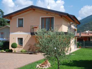 Casa vacanza Villa Teodora a 2km da Salò - Roè Volciano vacation rentals