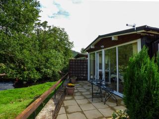 RIVER'S NOOK, romantic cabin, bedroom with en-suite shower, WiFi, lawned garden, in Llangynog, Ref 928719 - Llanrhaeadr ym Mochnant vacation rentals