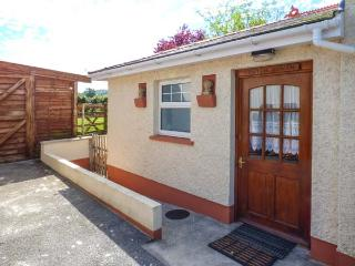 CWTCH COWIN, is a cottage close to picturesque walks, pet-friendly, with a garden, in Carmarthen, Ref 18113 - Carmarthen vacation rentals