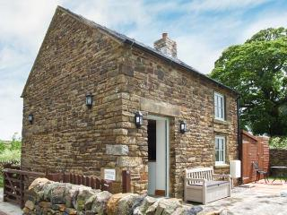 OLD SCHOOL HOUSE, pet-friendly, woodburner, bike storage, near Longnor, Ref. 925742 - Longnor vacation rentals