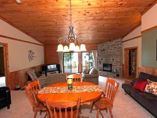 Lovely Cottage in Owen Sound with Dishwasher, sleeps 11 - Owen Sound vacation rentals