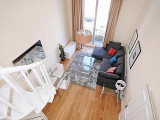 SUPERB! 2 Bed Kensington + Free Wifi & **BALCONY** - London vacation rentals