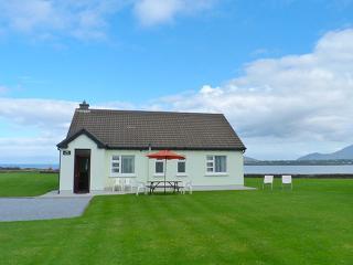 Bright 3 bedroom Ballyferriter Cottage with Tennis Court - Ballyferriter vacation rentals