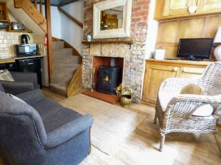 DELIT COTTAGE, fisherman's cottage, beams, multi-fuel stove, walking distance to shops, pubs and beach, in Robin Hood's Bay, Ref 21885 - Robin Hood's Bay vacation rentals