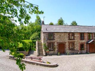 MILLERS COTTAGE, ground floor, WiFi, en-suite shower room, beautfiul landscaped gardens, near Nannerch, Ref 919532 - Lixwm vacation rentals