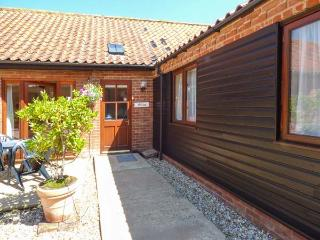 WILLOW, single-storey, romantic retreat, spa bath, private patio, in Fakenham, Ref 24355 - Fakenham vacation rentals