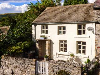 GRANGE COTTAGE, pet-friendly, beautiful cottage, character, woodburner, WiFi, parking, enclosed garden, in Castleton, Ref. 92858 - Castleton vacation rentals