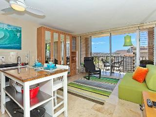 Studio Apartment with AC, WiFi, roof-top pool, Jacuzzi, parking. Close to beach! - Waikiki vacation rentals