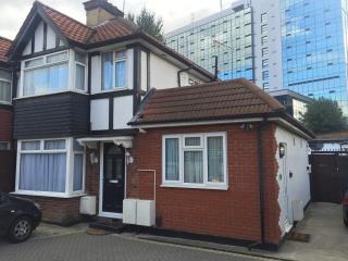 1 bedroom flat A. Sleeps 7. Free Parking - London vacation rentals