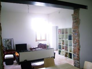 Cozy 2 bedroom Townhouse in Reggiolo with Central Heating - Reggiolo vacation rentals
