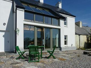 OLD PIER HOUSE, semi-detached, woodburner, en-suite, shop, pub and pier 1 min walk, in Carrigaholt, Ref 23227 - Carrigaholt vacation rentals