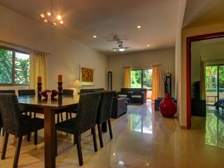 Palmar del Sol 102. 2 bedroom apartment.Garden and pool view. Downtown - Playa del Carmen vacation rentals