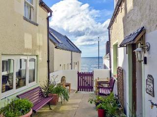 SARAH'S COTTAGE, WiFi, multi-fuel stove, private seating in shared courtyard, less than 1 min walk to sea, in Gardenstown, Ref 2 - Gardenstown vacation rentals