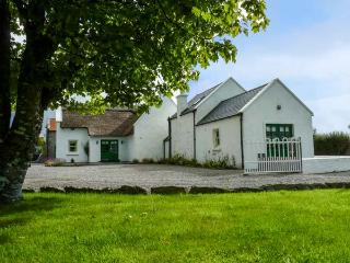 ANNIE'S COTTAGE, detached, character features, en-suites, open fire, near Castlebar, Ref 927842 - Castlebar vacation rentals