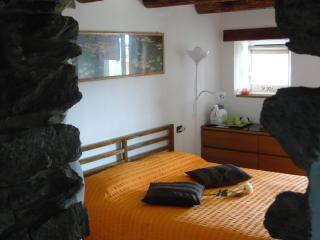 "CASA "" IL POETA"" con Giardino e Vistalago - San Siro vacation rentals"