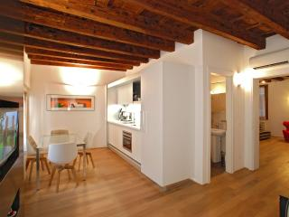 Romantic 1 bedroom Venice Condo with Dishwasher - Venice vacation rentals