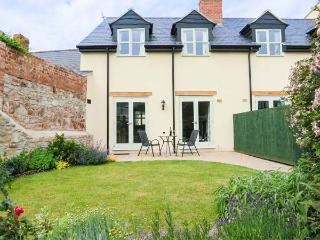 THE BAKERY, woodburning stove, king-size bed, garden with furniutre, close to harbour, Ref 906850 - Watchet vacation rentals