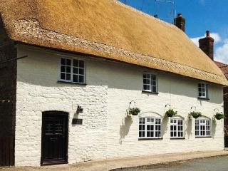 NETHERWAY FARM HOUSE, thatched, character cottage with WiFi, Smart TV, character features, pet-friendly Grade II listed cottage in Okeford Fitzpaine, Ref. 914754 - Okeford Fitzpaine vacation rentals