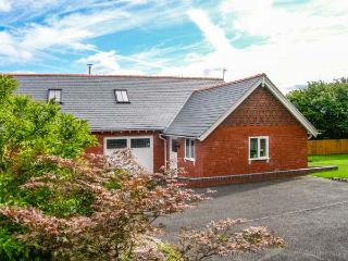 DOUGLAS COTTAGE, WiFi, woodburner, en-suites, parking, close to amenities - Penycae vacation rentals