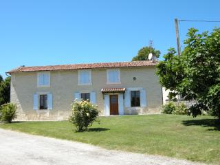 Bright 4 bedroom Gite in Montboyer with Internet Access - Montboyer vacation rentals