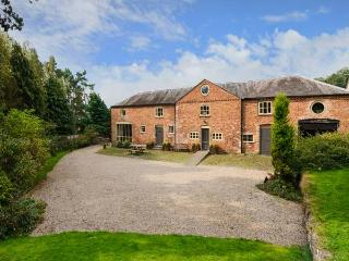 THE COACH HOUSE, WiFi, woodburner, BBQ hut, wood-fired hot tub and sauna, near Oswestry, Ref 911969 - Oswestry vacation rentals