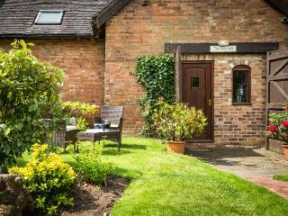 THE HAYLOFT, romantic, character holiday cottage, with a garden in Stratford-Upon-Avon, Ref 914530 - Stratford-upon-Avon vacation rentals