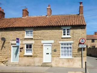 LOCKTON COTTAGE, end-terrace, open fire, off road parking, garden, in Pickering, Ref 920887 - Pickering vacation rentals