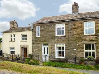 PRIMROSE COTTAGE, multi-fuel stove, open fire, pet-friendly, WiFi, near Hawes, Ref 923854 - Hawes vacation rentals