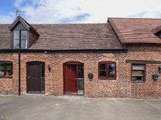 2 BANK FARM MEWS, mid-terrace, open plan, enclosed garden, WiFi, Ref 923859 - Shrewsbury vacation rentals