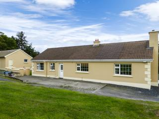 CALLAUGH, single-storey, solid fuel stove, games room, parking, garden, in Abbeyfeale, Ref 927159 - Abbeyfeale vacation rentals