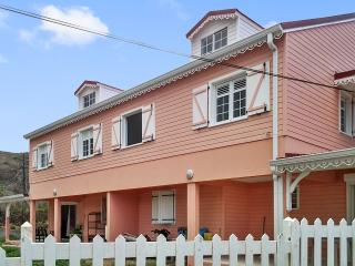 Colourful first-floor apartment in French Saint Martin with balcony and WiFi – near the beach! - Quartier D'Orleans vacation rentals