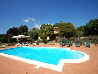 Detached villa with private pool at 1 km from village, 20 from Todi. 5 bedrooms. - Avigliano Umbro vacation rentals