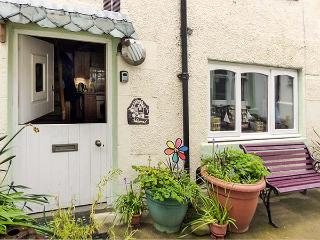 BENJAMIN'S COTTAGE, cosy cottage with WiFi, multi-fuel stove, short walk to sea, in Gardenstown, Ref 30552 - Gardenstown vacation rentals